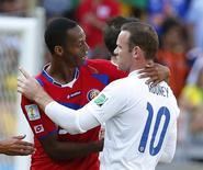 Jogador da Inglaterra Wayne Rooney (direita) cumprimenta Junior Díaz, da Costa Rica, após partida no Mineirão, em Belo Horizonte. 24/6/2014 REUTERS/Laszlo Balogh