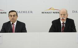 Dieter Zetsche (R), chief executive officer of German car manufacturer Daimler AG, and Carlos Ghosn (L), chief executive officer of Renault-Nissan Alliance, hold a news conference before signing an agreement in Brussels April 7, 2010. REUTERS/Thierry Roge
