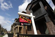 Casas vendidas son vistas en el suroeste de Portland, 20 de marzo de 2014. La economía de Estados Unidos se contrajo en el primer trimestre a un ritmo mucho mayor a lo calculado previamente y registró uno de sus peores desempeños fuera de una recesión, pero el crecimiento parece haber repuntado enérgicamente en los últimos tres meses. REUTERS/Steve Dipaola