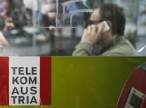 En la imagen un hombre hace una llamada telefónica detrás del logo de Telekom Austria, en Vienna. Una sorpresiva amortización del negocio en Bulgaria de Telekom Austria no afectará a una asociación acordada recientemente entre sus principales accionistas de América Móvil y el Gobierno austríaco, dijo el holding estatal austríaco ÖIAG. REUTERS/Leonhard Foeger