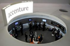 Accenture annonce jeudi une hausse de 7,5%, meilleure qu'attendu, de son chiffre d'affaires trimestriel, grâce entre autres à un rebond de ses activités de conseil. /Photo prise le 26 février 2013/REUTERS/Albert Gea