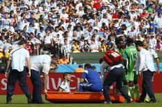 Jogador argentino Sergio Aguero é retirado de campo durante partida contra Nigéria pelo Grupo F da Copa do Mundo, no estádio Beria-Rio, em Porto Alegre. 25/06/2014. REUTERS/Darren Staples
