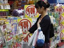 Les prix à la consommation, en comptant les produits pétroliers mais pas les denrées périssables, ont grimpé de 3,4% sur un an au mois de mai au Japon, selon les indicateurs officiels publiés vendredi. /Photo d'archives/REUTERS/Yuya Shino