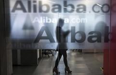 Сотрудница Alibaba в штаб-квартире компании в Ханчжоу, Китай 23 апреля 2014 года. Китайский гигант интернет-торговли Alibaba Group Holding Ltd принял решение разместить акции на Нью-Йоркской фондовой бирже, оставив в стороне конкурирующую площадку Nasdaq. REUTERS/Chance Chan