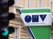 Логотип австрийской OMV на заправке в Вене 5 февраля 2014 года. Газпром не имеет интереса к выкупу доли австрийской OMV у фонда из Абу-Даби, сказал Рейтер зампред российского концерна Александр Медведев. REUTERS/Heinz-Peter Bader
