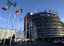 Imagen que muestra las banderas de los estados miembro de la Unión Europea frente al edificio del Parlamento Europeo en Estrasburgo. 21 abril, 2014. La confianza económica en la zona euro desafió las expectativas del mercado de una mejora adicional en junio y cayó principalmente por un menor optimismo de la industria y los consumidores, mostraron el viernes datos de la Comisión Europea. REUTERS/Vincent Kessler/File