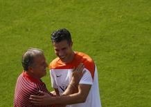 Van Persie cumprimenta Zico após treino da Holanda no Rio de Janeiro. 26/06/2014 REUTERS/Ricardo Moraes