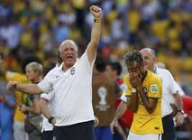 Luiz Felipe Scolari e Neymar comemoram vitória sobre o Chile. 28/06/2014 REUTERS/Toru Hanai