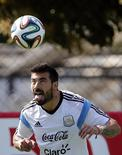Argentina's national soccer player Ezequiel Lavezzi heads the ball during a training session at Ciudad do Galo grounds in Vespasiano, outside Belo Horizonte, June 20, 2014.  Argentina will face Iran in their 2104 World Cup Group F second match next June 21.  REUTERS/Sergio Perez (BRAZIL  - Tags: SPORT SOCCER WORLD CUP)
