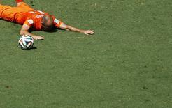 Arjen Robben cai no gramado durante partida contra o México em Fortaleza. REUTERS/Mike Blake