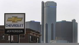 General Motors à suivre sur les marchés américains. Le problème de sécurité affectant des véhicules du constructeur a connu une nouvelle aggravation lundi avec le rappel de 8,23 millions de voitures supplémentaires. /Photo prise le 2 avril 2014/REUTERS/Rebecca Cook