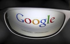 Страница поисковика Google отражается в очках в Брюсселе 30 мая 2014 года. Американский тех-гигант Google Inc купил сервис потокового аудио Songza, что стало очередным шагом компании, направленным на усиление собственной позиции на быстрорастущем рынке онлайн-музыки. REUTERS/Francois Lenoir