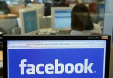 Les autorités britanniques se demandent si Facebook n'a pas violé la loi protégeant les données personnelles en ayant autorisé des chercheurs à se livrer à une enquête psychologique sur les utilisateurs du réseau social, rapporte le Financial Times. /Photo d'archives/REUTERS/Thierry Roge