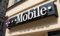 Le titre T-Mobile figure au rang des valeurs à suivre mercredi sur les marchés américains, au lendemain du dépôt d'une plainte de la Federal Trade Commission contre l'opérateur, accusé d'avoir ajouté des millions de dollars de charges non autorisées aux factures de ses clients. /Photo d'archives/REUTERS/Fred Prouser