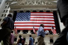 Wall Street a ouvert mercredi sans tendance claire malgré la publication d'une statistique encourageante sur l'emploi. A l'ouverture, le Dow Jones perdait 0,02%, le S&P-500 cédait 0,03% et le Nasdaq reculait également de 0,03% mais dix minutes après l'ouverture, ces trois indices s'inscrivaient en légère progression. /Photo d'archives/REUTERS/Brendan McDermid