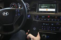 Présentation de la nouvelle interface Android Auto lors de la conférence annuelle des développeurs de Google, le mois dernier. Selon des analystes et des gérants, les groupes technologiques et de télécoms pourraient être les grands vainqueurs de la révolution de la voiture connectée, un marché évalué à 50 milliards de dollars (37 milliards d'euros) au cours de la prochaine décennie qui pourrait inciter les investisseurs à délaisser les constructeurs classiques. /Photo prise le 25 juin 2014/REUTERS/Elijah Nouvelage