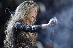 """La cantante Shakira interpreta """"Empire"""" en el escenario de los Premios Billboard 2014 en Las Vegas, Nevada. 18 de mayo, 2014. La cantante de música pop Shakira realizará su tercera presentación consecutiva en una Copa del Mundo en la ceremonia de cierre en el estadio Maracaná de Río de Janeiro antes del partido por la final del torneo el 13 de julio, dijeron el miércoles los organizadores. REUTERS/Steve Marcus"""