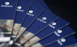 Брошюры страховой компании Zurich Insurance Group на пресс-конференции в Цюрихе 13 февраля 2014 года. Zurich Insurance Group продает розничный бизнес в России группе Олма и сосредоточится на обслуживании корпоративных клиентов, сообщила швейцарская страховая компания в четверг. REUTERS/Thomas Hodel