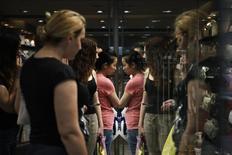En la imagen, unas mujeres aparecen reflejadas mientras miran un escaparate en la calle Ermou en el centro de Atenas el 30 de mayo de 2014. La actividad empresarial de la zona euro creció en junio a su ritmo más lento en seis meses, según una encuesta reportada el jueves, pero los nuevos pedidos aumentaron a su ritmo más rápido en más de tres años, lo que indica el crecimiento se acelerará en la segunda mitad del año. REUTERS/Alkis Konstantinidis