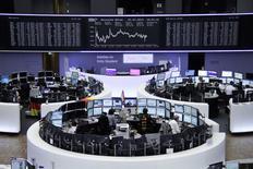 Трейдеры на торгах фондовой биржи во Франкфурте-на-Майне 1 июля 2014 года. Европейские фондовые рынки перестали расти, но готовятся показать лучшие недельные результаты за несколько месяцев. REUTERS/Remote/Thomas Peter