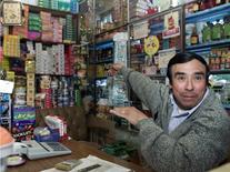Un vendedor ecuatoriano muestra sus estantes en Tulcan, 27 de abril de 2014. La tasa anual de inflación Ecuador se aceleró a un 3,67 por ciento en los últimos 12 meses hasta junio frente a igual periodo del año previo, informó el viernes la agencia oficial de estadística.