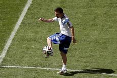El delantero argentino Lionel Messi en un entrenamiento en Brasilia, jul 4 2014. Un centro de tecnología argentino decidió mostrar su apoyo a la selección albiceleste con un grabado a escala nanométrica de una fotografía de su capitán, Lionel Messi, dijo el viernes la institución.     REUTERS/Ueslei Marcelino