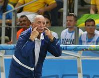 Felipão durante jogo do Brasil contra a Colômbia.  REUTERS/Yves Herman