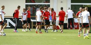 Técnico da seleção alemã Joachim Loew fica entre seus jogadores durante treino em Santo André, na Bahia. 05/07/2014. REUTERS/Arnd Wiegmann