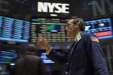 La Bourse de New York a débuté dans le rouge lundi, entamant un repli logique après les records inscrits jeudi avant un week-end prolongé. Quelques minutes après le début des échanges, le Dow Jones perd 0,35%. Le Standard & Poor's 500 recule de 0,3% et le Nasdaq cède 0,25%. /Photo prise le 3 juillet 2014/REUTERS/Brendan McDermid