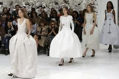 Modelos apresentam criações do estilista belga Raf Simons durante desfile da coleção de Alta Costura Outono/Inverno 2014-2015 para a Christian Dior, em Paris, na França, nesta segunda-feira. 07/07/2014 REUTERS/Philippe Wojazer
