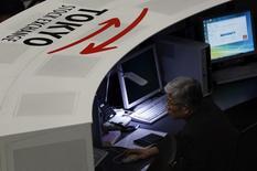 Сотрудник Токийской фондовой биржи за работой в Токио 3 марта 2014 года. Азиатские фондовые рынки завершили торги вторника разнонаправленно под влиянием локальных факторов. REUTERS/Issei Kato