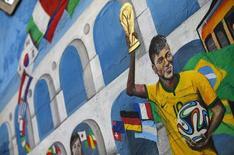 Grafitti mostra Neymar segundo taça da Copa do Mundo no Rio de Janeiro. 7/7/2014  REUTERS/Jorge Silva