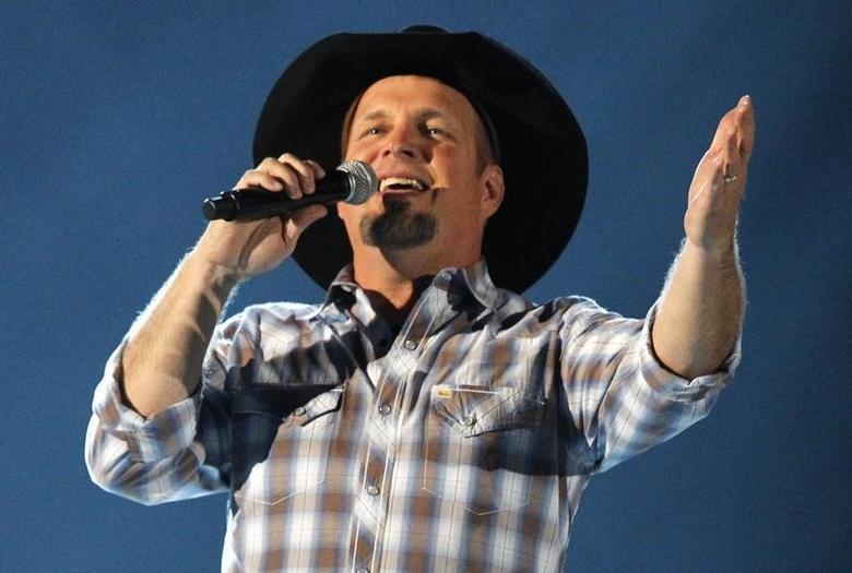 Garth Brooks sings at the 48th ACM Awards in Las Vegas, April 7, 2013.  REUTERS/Mario Anzuoni/Files