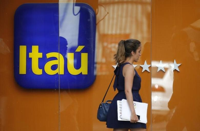 A woman walks past an Itau branch office in Rio de Janeiro January 29, 2014.  REUTERS/Sergio Moraes
