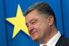 Президент Украины Петр Порошенко на пресс-конференции в Брюсселе 27 июня 2014 года. Украина ожидает, что Международный валютный фонд выделит ей второй транш на сумму $1,5 миллиарда в рамках $17-миллиардной программы stand-by по итогам завершающихся в среду переговоров с миссией ключевого кредитора, сказал премьер-министр Арсений Яценюк. REUTERS/Philippe Wojazer