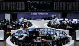 Трейдеры на торгах биржи во Франкфурте-на-Майне 8 июля 2014 года. Европейские фондовые рынки снижаются под влиянием акций норвежского банка DNB и шведской строительной фирмы Skanska, опубликовавших слабые квартальные показатели. REUTERS/Remote/Stringer