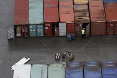 Le déficit de la balance commerciale britannique s'est creusé en mai pour atteindre un peu plus de 9,2 milliards de livres sterling (11,5 milliards d'euros) contre 8,8 milliards en avril, selon l'Office des statistiques nationales. /Photo d'archives/REUTERS/Suzanne Plunkett