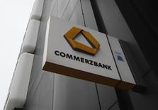 Commerzbank pourrait verser de 600 à 800 millions de dollars pour clore l'enquête sur ses transactions avec des pays touchés par un embargo financier des Etats-Unis;  /Photo d'archives/REUTERS/Ina Fassbender