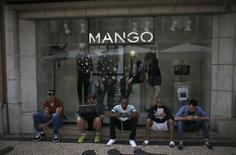 L'enseigne de mode espagnole Mango a revu à la baisse ses prévisions de chiffre d'affaires après le lancement de nouvelles lignes de vêtements, a déclaré à Reuters son directeur général, Enric Casi. /Photo d'archives/REUTERS/Rafael Marchante