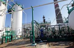 En la imagen, un empleado abre una válvula en la refinería de petróleo Cienfuegos, ubicada a unos 240 kilómetros al sudeste de La Habana, Cuba. 7 de febrero, 2013. Las petroleras rusas Rosneft y Zarubezhneft planean firmar un acuerdo con la estatal Cubapetroleo para la perforación del bloque número 37 en aguas profundas de la isla, dijo el jueves un importante funcionario ruso. REUTERS/Desmond Boylan