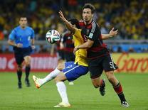 Alemão Hummels em lance com Fred na partida de terça-feira. REUTERS/Kai Pfaffenbach