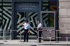 Охранники на входе в посольство США в Берлине, 10 июля 2014 года. Власти Германии потребовали от представителя ЦРУ в Берлине покинуть страну после того, как в шпионаже на США были заподозрены два человека. REUTERS/Thomas Peter