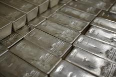 Слитки серебра в штаб-квартире GSA Austria в Вене 22 июля 2013 года. CME Group и Thomson Reuters возьмут на себя формирование индикативной цены на серебро после отмены прежней практики ценообразования, действовавшей более ста лет. REUTERS/Leonhard Foeger