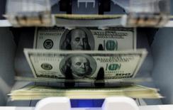 Le budget fédéral américain a dégagé en juin un excédent de 71 milliards de dollars (52,2 milliards d'euros), en baisse de 39% par rapport à la même période l'an dernier. /Photo d'archives//REUTERS/Pascal Lauener
