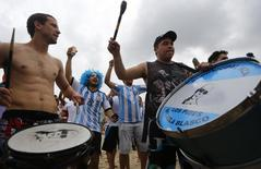 Torcedores da Argentina na praia de Copacabana, no Rio de Janeiro. 11/07/2014. REUTERS/Ricardo Moraes