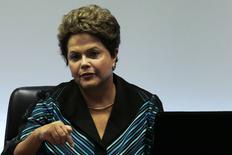 En la imagen, la presidenta brasileña Dilma Rousseff durante una reunión con representantes del COI, en la sede presidencial, Brasilia, 11 jul, 2014.  A pocos meses de concluir un mandato marcado por un débil crecimiento del país e iniciar una reñida carrera a la reelección, la presidenta Dilma Rousseff se mostró optimista sobre un nuevo ciclo de desarrollo y apostó a una reactivación de la actividad económica en una entrevista con GloboNews. REUTERS/Ueslei Marcelino