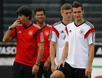 Germany's coach Joachim Loew (L) conducts a training session with players Miroslav Klose (R) and Toni Kroos (2nd R) in Rio de Janeiro July 12, 2014, ahead of their 2014 World Cup Final soccer match against the Argentina on Sunday.     REUTERS/Kai Pfaffenbach