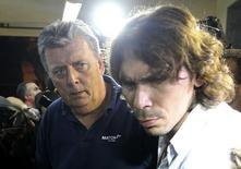 Ray Whelan (esquerda), da Match Services, chega a delegacia de polícia, no Rio de Janeiro. 7/7/2014 REUTERS/Stringer