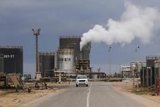 Вид на НПЗ в Эз-Завии 18 декабря 2013 года. Цены на Brent поднялись с трехмесячного минимума, так как рынку вновь угрожают перебои в снабжении. REUTERS/Ismail Zitouny