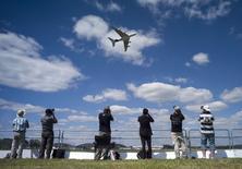 Un Airbus A380 en démonstration au Salon de Farnborough. Les retards empêchant la livraison de trois premiers A380 à Qatar Airways seront réglés d'ici à la fin de l'année, a assuré Airbus après avoir essuyé des critiques de la compagnie qatarie. Le directeur général de Qatar Airways, Akbar ak Baker, a fait part de son exaspération lors d'une interview accordée à Reuters Insider TV au Salon aéronautique de Farnborough, près de Londres, qui a ouvert ses portes lundi et où la compagnie du Golfe espérait présenter ses nouveaux super jumbos. ./Photo prise le 14 juillet 2014/REUTERS/Kieran Doherty